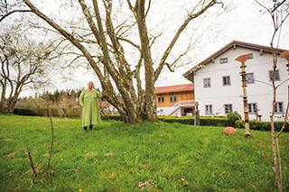 Erika Holzapfel im Garten ihres Kulturhauses.