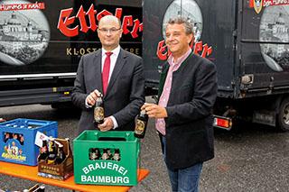 Andreas Goblirsch (rechts), Braumeister der Klosterbrauerei Baumburg, mit Bayerns Heimatminister Albert Füracker bei der Landesausstellung.