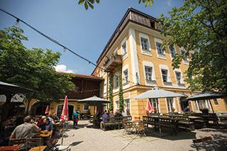 Der Treffpunkt im sommerlichen Traunstein: der Wochinger Biergarten.