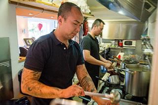 """Thanh Huynh und sein Schwager Can Nguyen in der """"Yummy Asia Kitchen"""" am Haslacher Feld in Traunstein."""