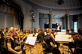 Die Bad Reichenhaller Philharmoniker beim Kurmusik-Konzert in der Rotunde.