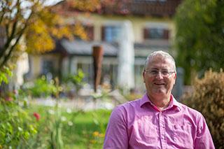 Klaus Lebek vor seinem Eichenhof in Waging am See.