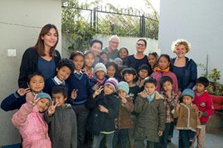 """Die Mühltalers mit 22 Patenkindern, die der Verein """"namaste"""" in Nepal versorgt."""