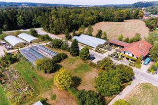 Blick auf das Gelände des Bio-Gärtnerhofs Horizont in Trostberg.