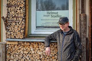 Helmut Stadler vor seiner Meisterwerkstätte für Zupfinstrumentenbau.