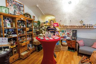 """Bettina Zeug in ihrem Laden """"Faires Zeug"""" in Trostbergs Hauptstraße."""