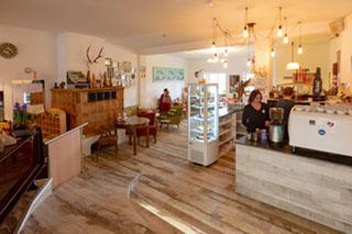 Wohnzimmer-Wohlfühlatmosphäre: Café Schöne Helene in Trostberg.