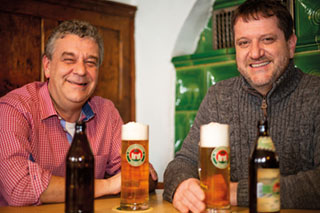 Braumeister Andreas Goblirsch und Geschäftsführer Dominik Tapper stellen ihr neues Helles vor.