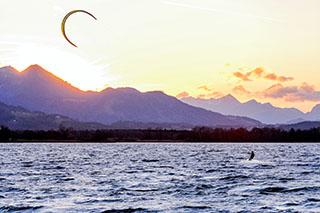 Spektakuläre Farbtupfer: Kitesurfen auf dem Chiemsee